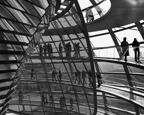 The view of this example of sustainable architecture, the transformation of Berlin's Reichstag Palace entrusted to Lord Foster in 1993, was taken by photographer Chien-Chi Chang in 2004